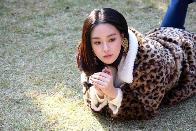 新浪娱乐讯 韩国女星李珠妍近日为某时尚杂2志拍摄的最新画报幕后照于8日公开。幕后照中,李珠妍完美消化各款造型,每次拍摄也会监察画面。bnt新闻/供稿 Cherry/文 Mystic/图