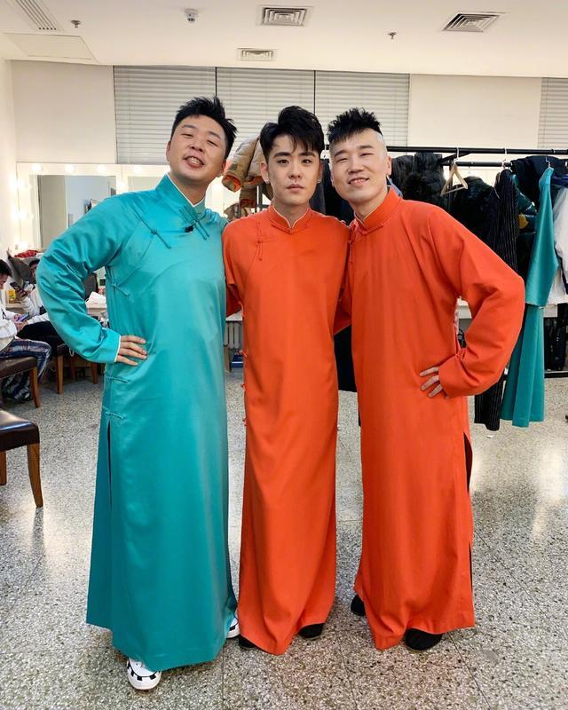 新浪娱乐讯 1月11日晚,杜海涛在微博晒出与张云雷杨九郎的合影,三人穿相声马褂合影。经常被指撞脸的杜海涛和杨九郎还做出同款表情,演绎共用同一张面孔。