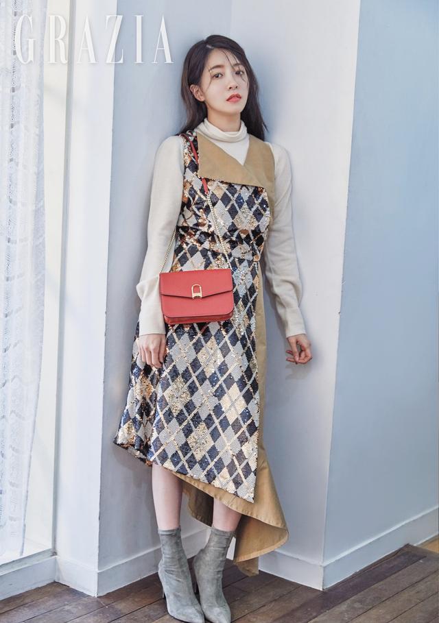 新浪娱乐讯 韩国女艺人郑仁仙近日受邀为某时装杂志最新一期拍摄了一组照片。吕东垠/文 版权所有Mydaily禁止转载