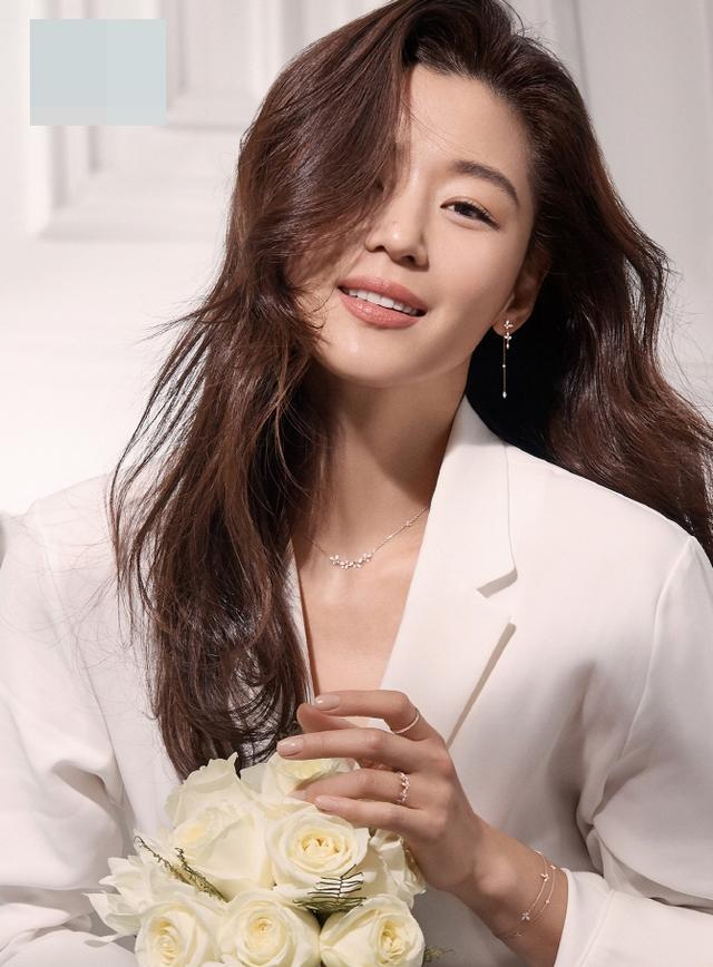 新浪娱乐讯 韩国女艺人全智贤近日为代言的珠宝品牌拍摄了一组最新宣传照。吕东垠/文 版权所有Mydaily禁止转载
