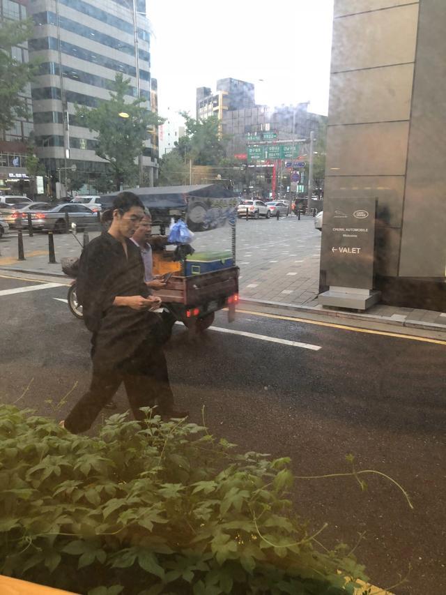 新浪娱乐讯 韩国演员金宇彬患鼻咽癌一年后出街,好友也表示他抗癌初见成效。网友目击他出街照,一身黑衣身形消瘦,头发长长扎小辫子看起来精神状态不错。