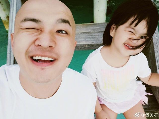 新浪娱乐讯 1月12日下午,演员包贝尔在微博晒出与女儿饺子的度假自拍,父女俩穿同款白色T恤,对镜头做相同表情十分可爱。