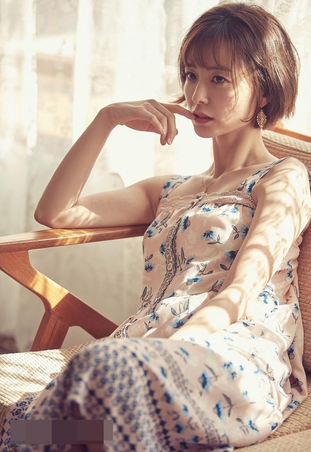 新浪娱乐讯 韩国演员郑裕美为某品牌拍摄画报的幕后花絮照13日正式公开。镜头前的郑裕美通过清新风格的造型展现了自然随性的日常面貌,拍摄过程中一直保持着甜美微笑,尽显可爱迷人魅力。bnt新闻/供稿 王容/文