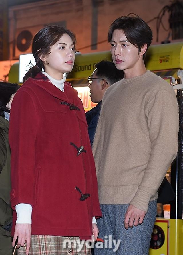 新浪娱乐讯 1月11日下午,韩国艺人朴海镇,NANA在大邱西门市场参加了新剧《四子》的公开拍摄。《四子》是一部浪漫幻想推理剧,将在今年下半年播出。吕东垠/文 版权所有Mydaily禁止转载