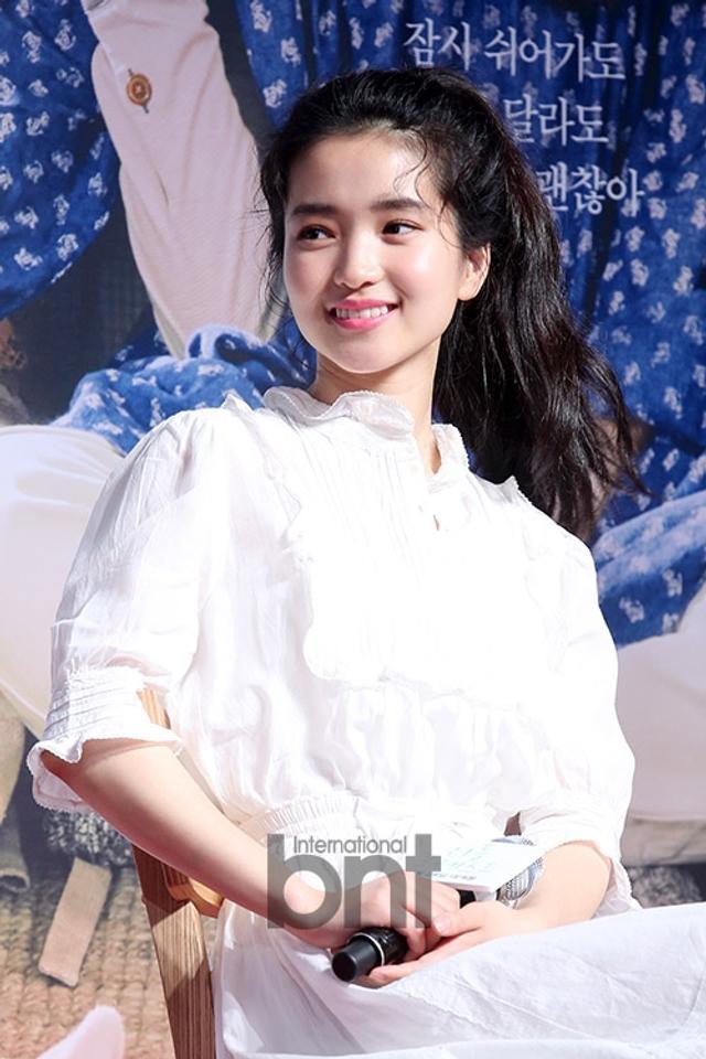 新浪娱乐讯 13日晚,韩国电影《LittleForest》Talk Show活动在首尔首尔蚕室乐天世界塔举行,主演金泰梨、柳俊烈、秦基周等到场出席。bnt新闻/供稿 王容/文 白秀砚/图