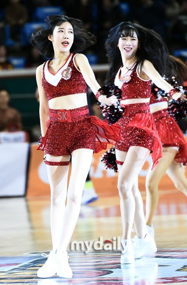 新浪娱乐讯 1月11日下午,在首尔蚕室体育馆举行的职业篮球比赛上,啦啦队女郎们正在表演精彩的歌舞。吕东垠/文 版权所有Mydaily禁止转载