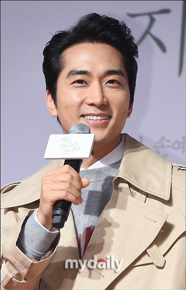 新浪娱乐讯 3月12日晚,韩国电影《现在,很想见你》的VIP首映在首尔某影院举行,宋承宪等艺人出席了活动。吕东垠/文 版权所有Mydaily禁止转载