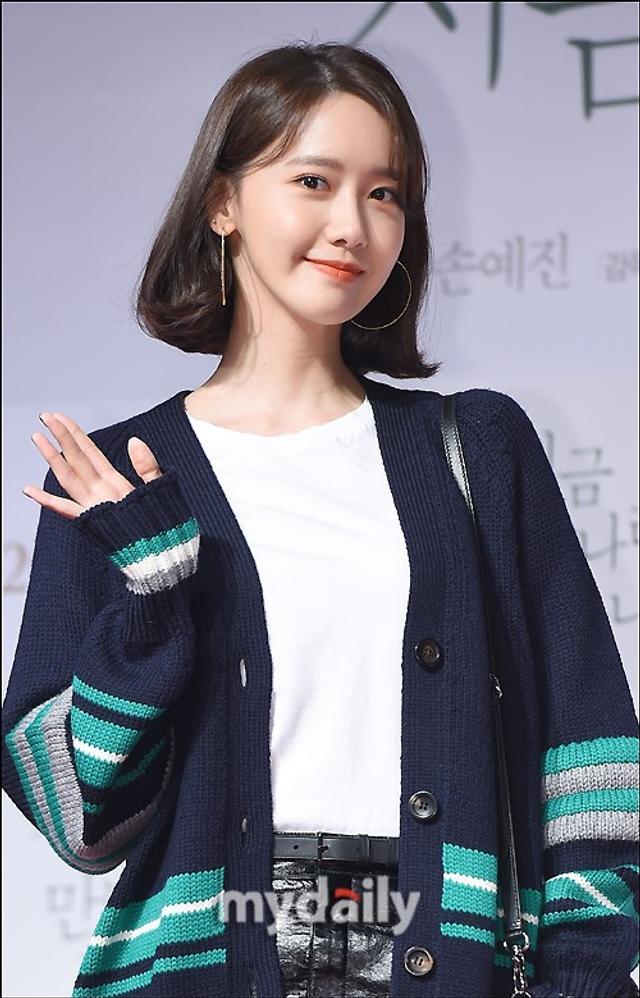 新浪娱乐讯 3月12日晚,韩国电影《现在,很想见你》的VIP首映在首尔某影院举行,允儿等艺人出席了活动。吕东垠/文 版权所有Mydaily禁止转载
