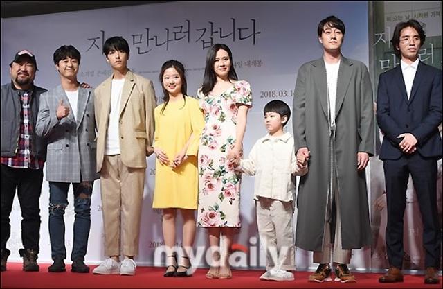 新浪娱乐讯 3月12日晚,韩国电影《现在,很想见你》的VIP首映在首尔某影院举行,影片主演苏志燮,孙艺珍等艺人出席了活动。《现在,很想见你》根据日本小说改编,讲述了女主人公在去世一年后突然以失忆状态出现在家人面前而发生的感人故事,将从3月14日开始在韩国上映。吕东垠/文 版权所有Mydaily禁止转载