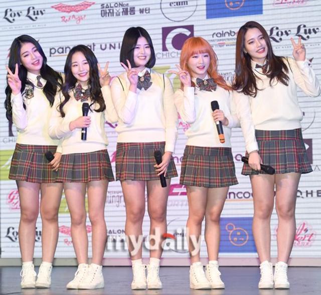 新浪娱乐讯 韩国女团少女注意报今天下午在首尔举行了showcase和粉丝签名会。吕东垠/文 版权所有Mydaily禁止转载