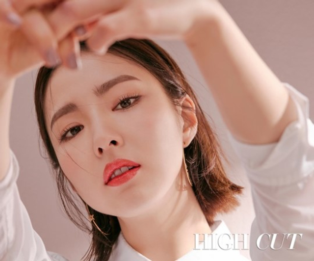 新浪娱乐讯 韩国女艺人申世京近日为某时装杂志拍摄写真,展示了各自散发着不同魅力的化妆造型。吕东垠/文 版权所有Mydaily禁止转载