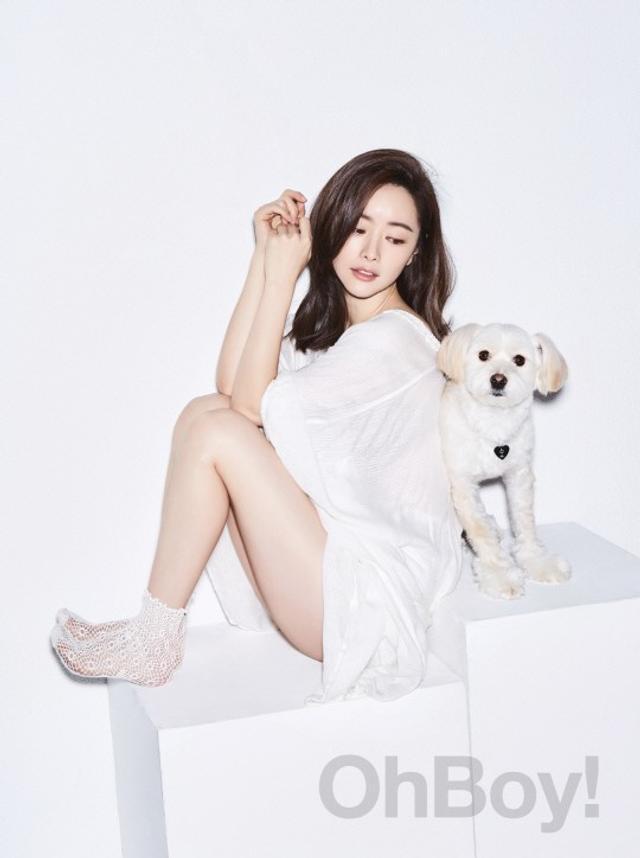 新浪娱乐讯 韩国女艺人洪秀雅近日和自己的宠物犬一起拍摄了一组杂志写真。吕东垠/文 版权所有Mydaily禁止转载