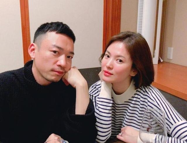 新浪娱乐讯 1月11日,宋慧乔晒出与日本化妆师的合影,照片中乔妹身边放着酒杯,双颊微红疑似刚喝过酒,此举似是为了澄清之前的怀孕传闻。左手无名指钻戒亮眼。
