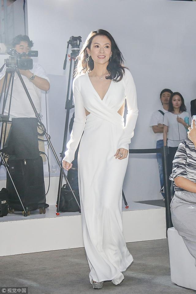新浪娱乐讯 日前,章子怡在北京出席某活动。章子怡一袭露腰裙身姿袅娜,好状态展露灿烂笑颜。
