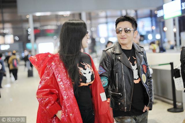 新浪娱乐讯12月4日,邹市明冉莹颖夫妇现身上海机场,二人十指紧扣不忘对视微笑,甜蜜羡煞旁人。(视觉中国/图文)