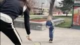 谢杏芳带儿子打羽毛球