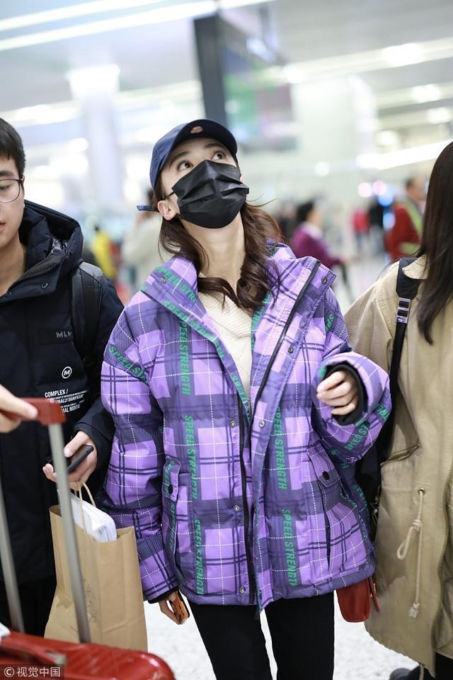 新浪娱乐讯 12月5日,吴谨言现身上海机场。她裹紫色羽绒服御寒,包裹严实难掩高颜值,东张西望俏皮遛机场似好奇宝宝,获俩助理左右护驾。(视觉中国/图文)