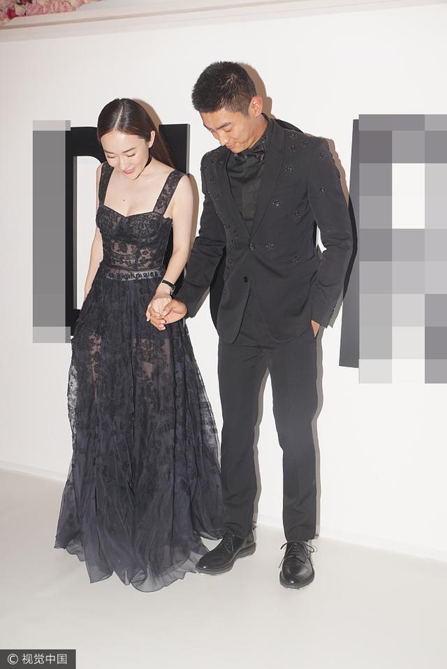 新浪娱乐讯 7月17日,霍思燕身穿黑色吊带裙秀美胸,与老公杜江亮相上海某活动,两人牵手秀恩爱超甜蜜。