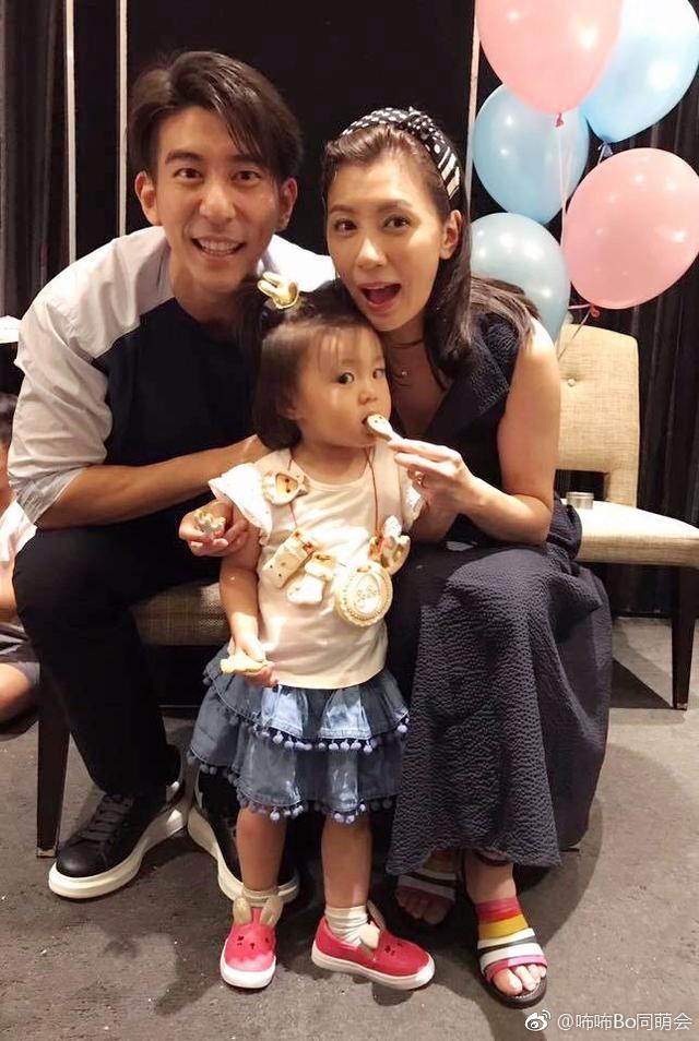 新浪娱乐讯 7月17日,有网友在微博晒出一组贾静雯夫妇带咘咘、Bo妞出席家庭宴会的照片。