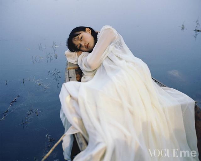 """新浪娱乐讯 11月27日,文淇拍摄的《Vogue me》大片出炉,由知名摄影师张家诚掌镜,孤舟旧城墙、鲜花丛林少女,交织出唯美的意境。照片中,文淇或身着白纱裙演绎独躺孤舟的疏离少女,或身着复古连衣裙演绎旧城墙上端坐的凝望者,或以花掩面演绎眼神灵动的率真girl,或身处丛林""""野生""""感爆棚,尽显恬静张力。"""