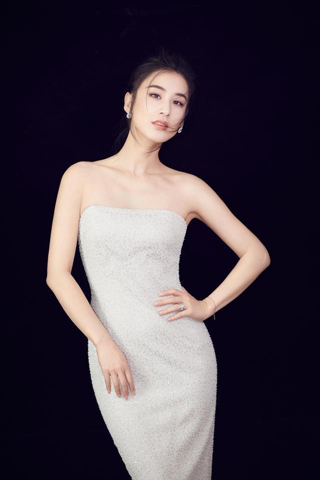 """新浪娱乐讯 近日,黄圣依拍摄的一组唯美写真曝光。黄圣依身着白色抹胸礼服裙,修身曳地长裙凸显曲线美,""""锁骨杀""""性感十足。"""