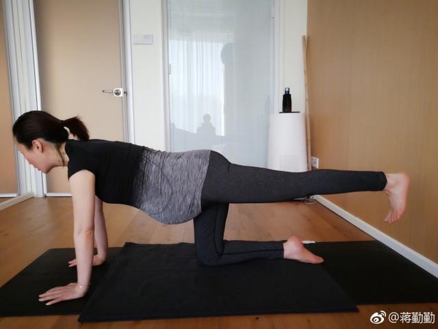 """新浪娱乐讯 6月12日,蒋勤勤在自己微博上传一组照片,并配文称:""""随着体内更多松弛素的分泌,习练起来的身体也越来越沉重!但内心的力量却是越来越强大了!""""照片中,蒋勤勤素颜出镜,身着瑜伽服在垫子上做出各种高难度动作。"""