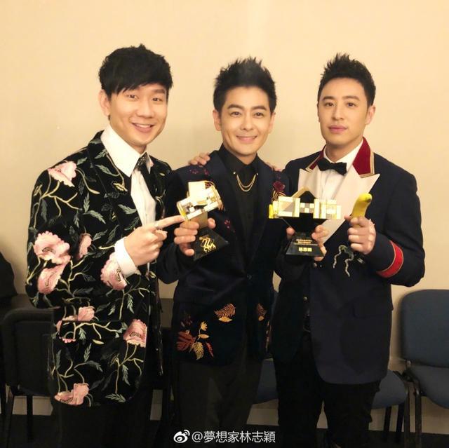 新浪娱乐讯 4月16日,林志颖晒出一组与好兄弟林俊杰、潘玮柏的自拍,照片中三人鬼马搞怪,玩耍得十分开心。