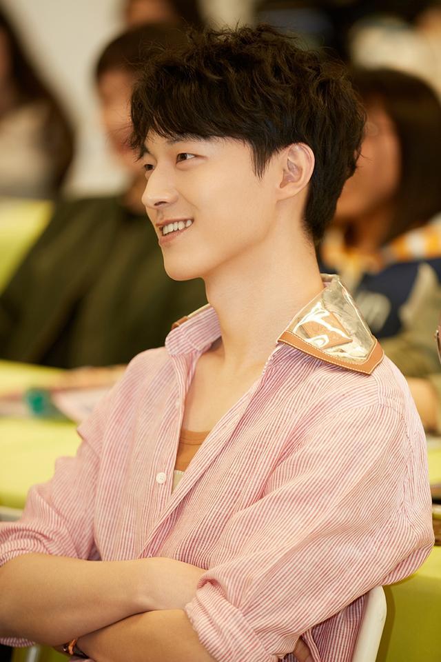 新浪娱乐讯 4月16日,魏天浩参加某活动的现场照片曝光,魏天浩身穿粉丝条纹衬衫,阳光帅气魅力有型,微微露出灿笑,小虎牙十分抢镜。