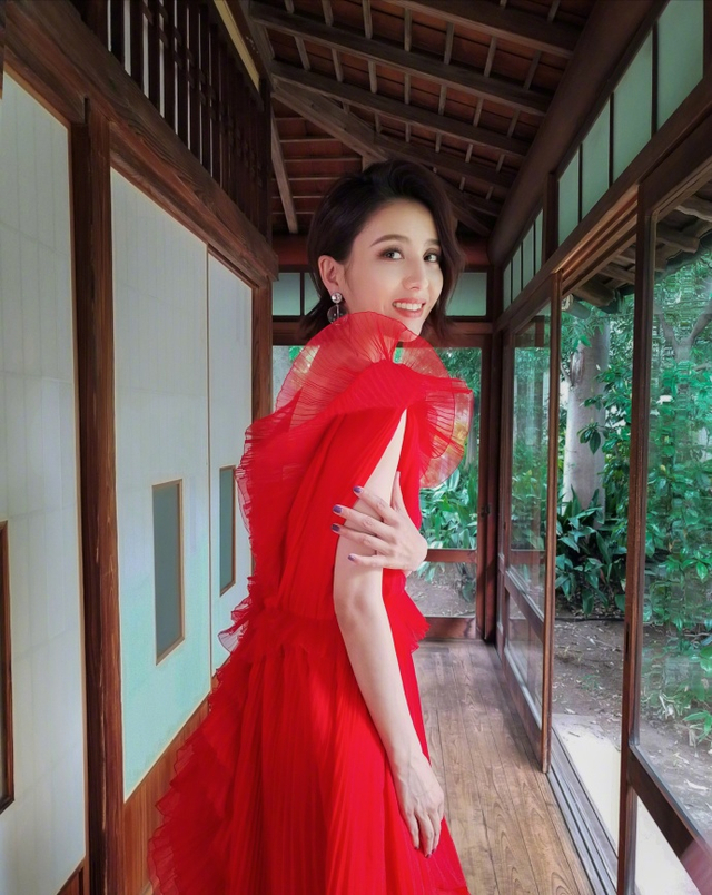 """新浪娱乐讯 6月14日,佟丽娅在自己微博上传一组美照,并配文称:""""锵锵锵锵!感觉我又变美了呢。""""照片中的她时而身穿蕾丝上衣,手捧冰淇淋,笑容甜美动人;时而身穿红裙漫步在长廊中;时而席地而坐露出美腿。"""