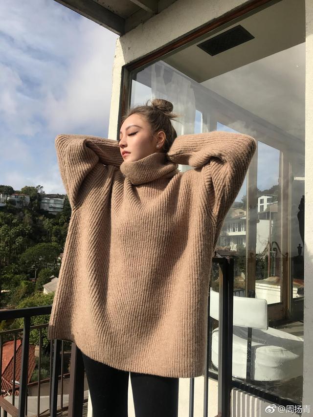 新浪娱乐讯 12月3日,罗志祥女友周扬青晒美照。照片中她身穿驼色高领毛衣,搭配紧身裤和拖鞋,在太阳下舒展身体十分慵懒,梳着丸子头十分可爱。