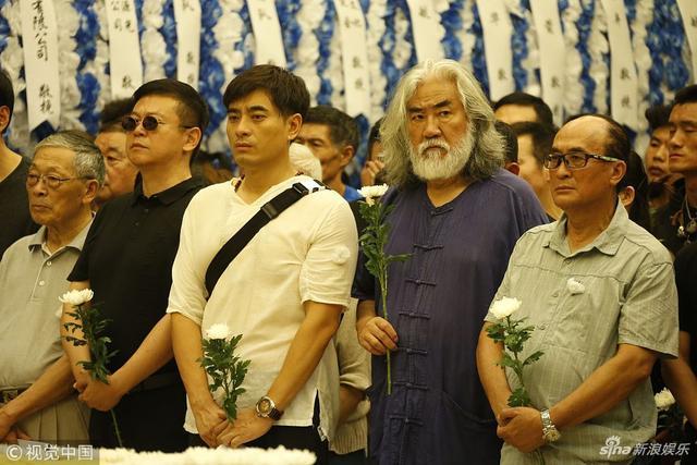 新浪娱乐讯 2018年7月13日,杭州,计春华追悼仪式举行。陈龙、张纪中出席表情肃穆。(图文:视觉中国)