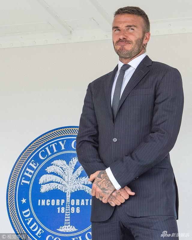 新浪娱乐讯 当地时间2018年7月12日,美国迈阿密,大卫·贝克汉姆(David Beckham)参观市政厅,西装革履帅气逼人。