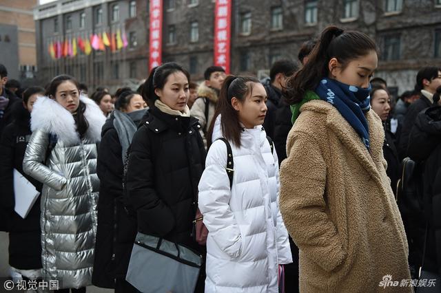 新浪娱乐讯 2月12日,北京,中央戏剧学院2019年本科艺考开考,现场帅哥美女如云。今年中戏计划招生573人,与去年相比名额略有缩减,减少了25人,同时对文化课录取控制分数线要求提高,8个招考方向的录取分数线较以往有所提升。(视觉中国/图)
