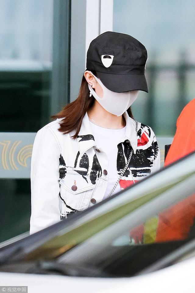 新浪娱乐讯 9月13日,北京,赵丽颖现身机场,她身穿T恤外套露出小蛮腰,小腹平坦,击破怀孕传言。(视觉中国/图)