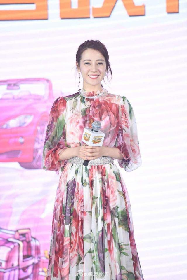 """新浪娱乐讯 日前,迪丽热巴出席电影《21克拉》发布会,现场分享购物狂女孩刘佳音""""刘买买""""的奇葩趣事,更是挑战撩人情话,搞笑十足。(王远宏/图)"""