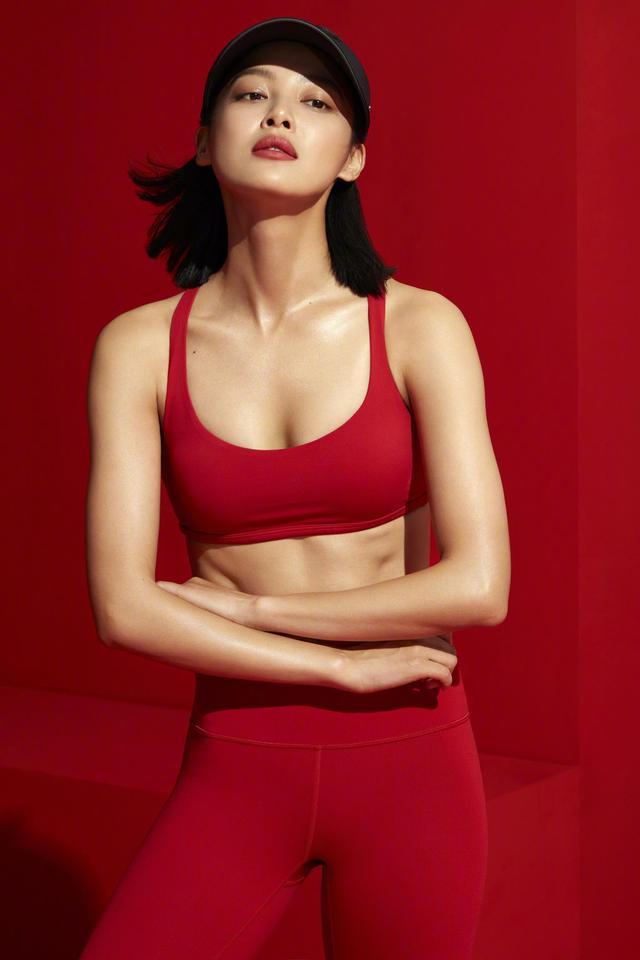 新浪娱乐讯 1月12日,辛芷蕾为某运动品牌拍摄的一组大片曝光,图中的辛芷蕾身穿多款运动服,秀出健美身材,性感而健康。