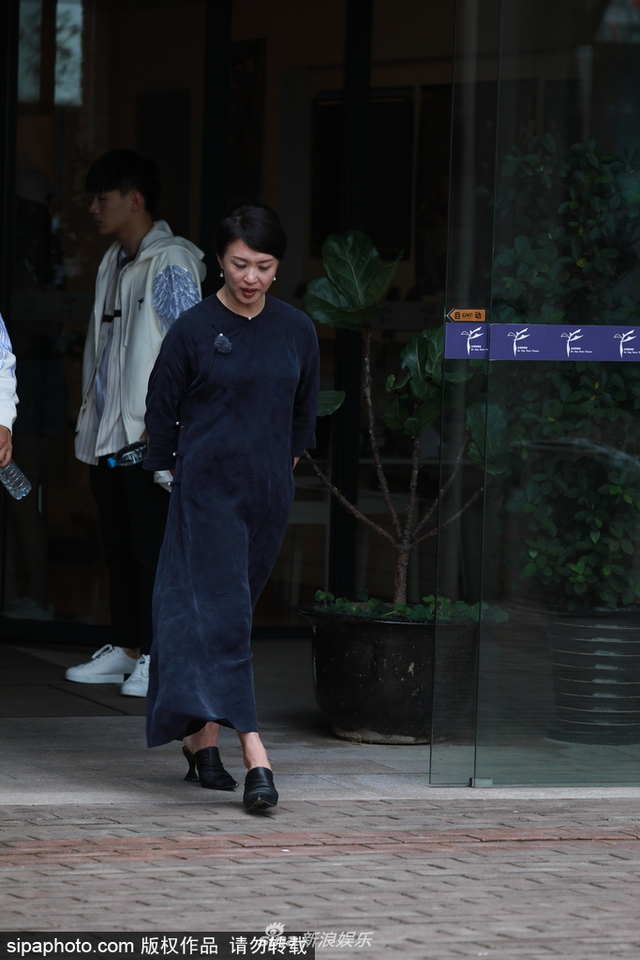 新浪娱乐讯 2018年7月12日,上海,金星优雅出街,身着藏蓝色中式礼裙显气质。(SIPA/图)