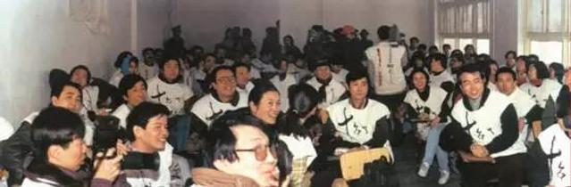 """今年是改革开放40周年,也是第五代电影人走进电影行业40周年。从来没有一个群体,能够改变一个国家的电影乃至文化,而以北京电影学院""""78班""""为核心的中国""""第五代""""电影人做到了。"""