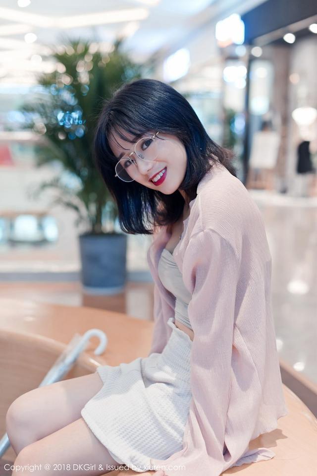 新浪娱乐记 童颜网红仓井优香发布一组青春写真,包含三套服装,全程真空演绎。