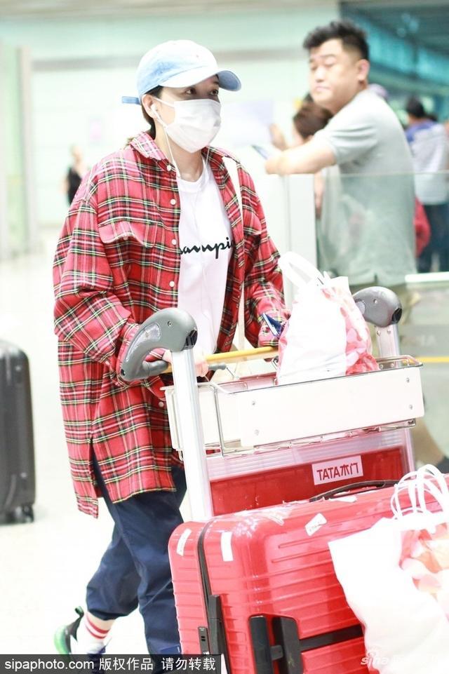 """新浪娱乐讯 近日,阚清子现身机场,她身穿""""男友风""""红格衬衫口罩遮面,帅气似假小子。SIPA/图"""