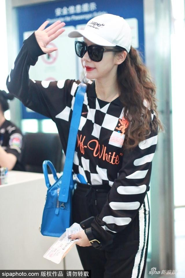 新浪娱乐讯 日前,戚薇现身机场。她身穿黑白格卫衣搭配休闲裤运动少女范儿十足,对镜打招呼元气满满。SIPA/图