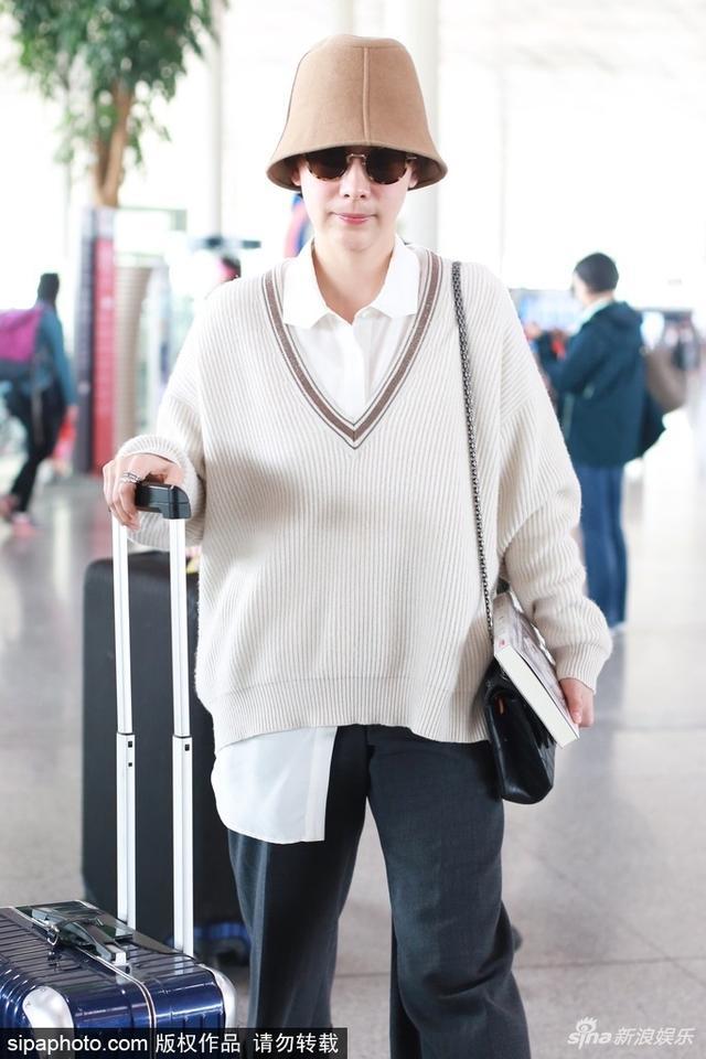 """新浪娱乐讯 日前,海清现身机场。当天她戴""""花盆帽"""",自推行李,穿着清新减龄,随身携带书籍低调又沉稳。SIPA/图"""