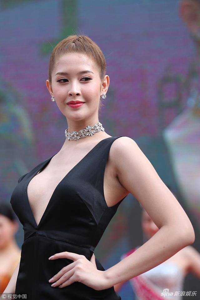 新浪娱乐讯 日前,泰国选美皇后兰斯曼带领泰国丽人来沈阳出席某活动,与中国美女斗艳,引路人围观。视觉中国/图