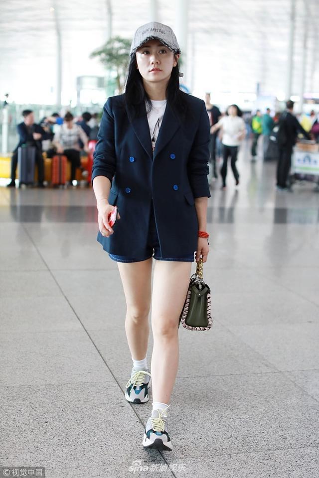 新浪娱乐讯 日前,刘芸现身机场,帅气西装和牛仔短裤、运动鞋时髦混搭,运动短袜充满少女感,美腿又白又直,尽展辣妈风采。视觉中国/图