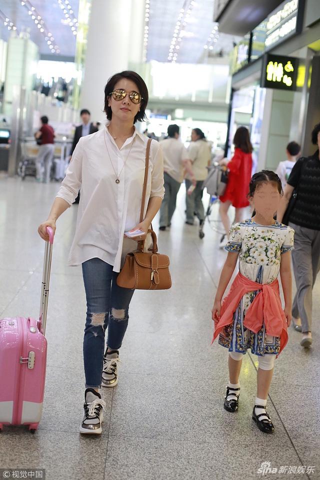 新浪娱乐讯 日前,左小青带女儿现身机场。左小青穿着简单清新少女范,女儿蹦跳有灵气,两人推粉箱低调赶路超有爱。视觉中国/图