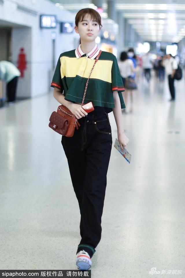 新浪娱乐讯 日前,乔欣现身机场,身穿黄绿拼色条纹衫露小蛮腰,不时吐舌嘟嘴,真是又软又萌。SIPA/图