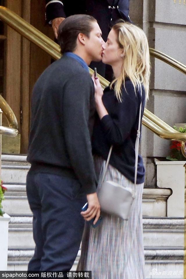 新浪娱乐讯 德普前妻艾梅柏·希尔德(Amber Heard )和新男友维托·施纳贝尔(Vito Schnabel)现身酒店门口。维托·施纳贝尔是超模海蒂·克鲁姆(Heidi Klum)的前男友。艾梅柏·希尔德当街嘟嘴化妆, 和新男友热吻撒狗粮。SIPA/图