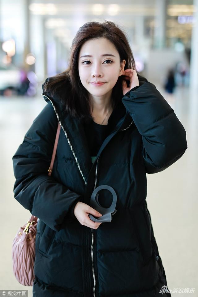 """新浪娱乐讯 日前,""""斗鱼一姐""""冯提莫现身机场,裹长款羽绒服,撩发显""""凌乱美"""",脸庞清秀。视觉中国/图"""