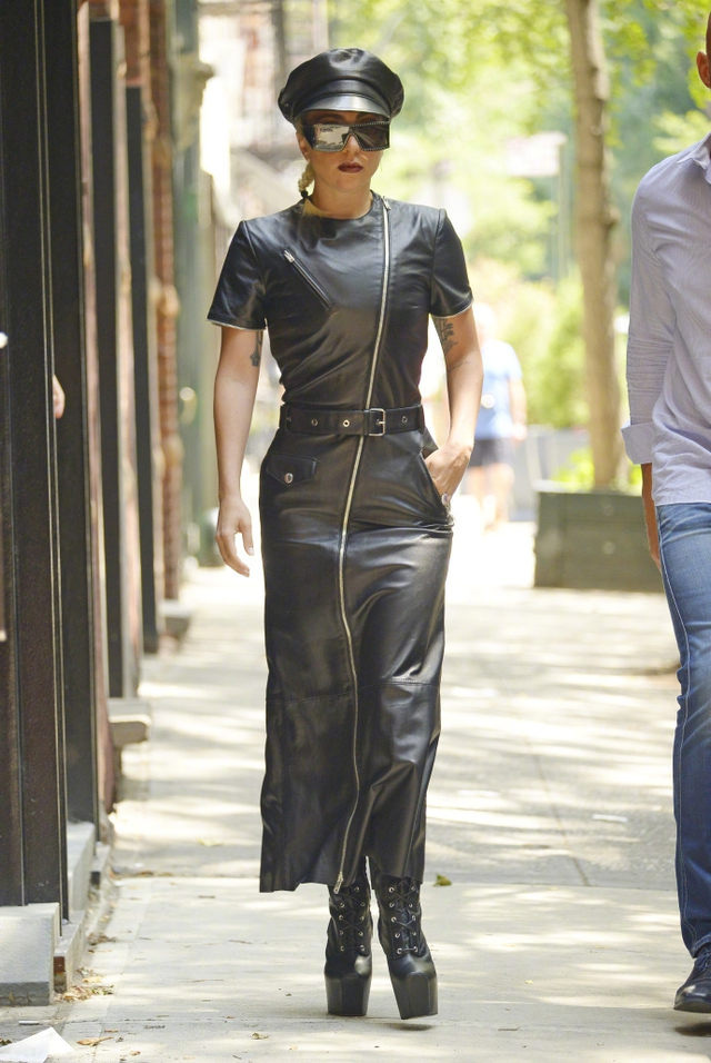 新浪娱乐讯 Lady Gaga最新纽约街拍曝光,墨镜遮面黑色皮衣加身,酷劲十足。