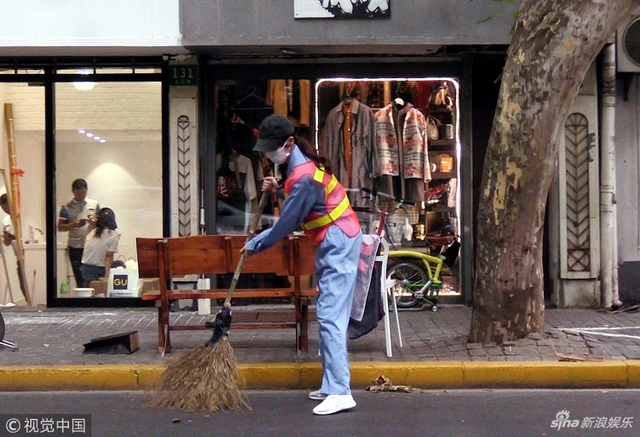 新浪娱乐讯 日前,唐嫣录制明星制片人很高兴认识你,化身清洁工,独自一人在充满了汽车尾气和扬尘的车道旁默默体验着真正清洁工的生活。视觉中国/图